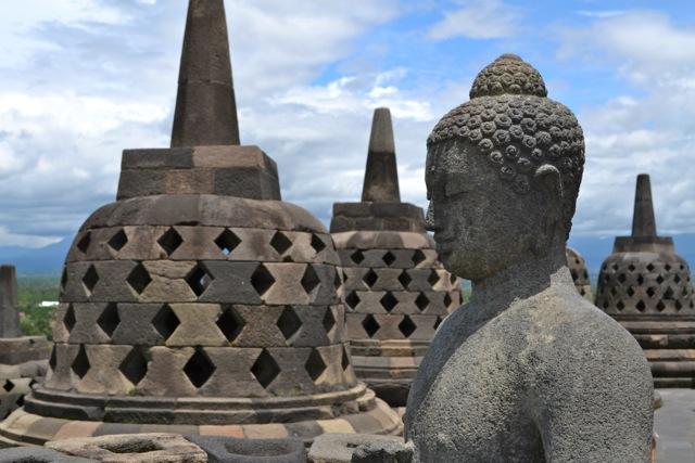 Buddha und Stupa in Borobudur